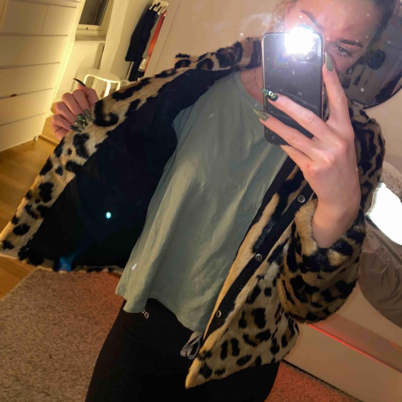 Leopard pälsjacka från Vero moda. Inköpt i början av året och använd 2 gånger. Inköpt för 800kr. Jackor.
