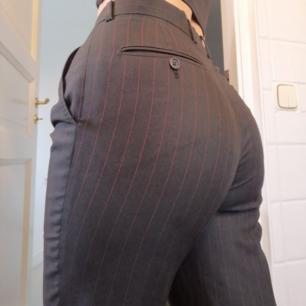 Säljer mina Svarta/gråa kostymbyxor med röda ränder och pressveck, då de inte passar längre.  Passar både 36 och 38 beroende på hur man vill att de ska sitta. Kan mötas upp i Helsingborg och Lund, annars tillkommer frakt🍹