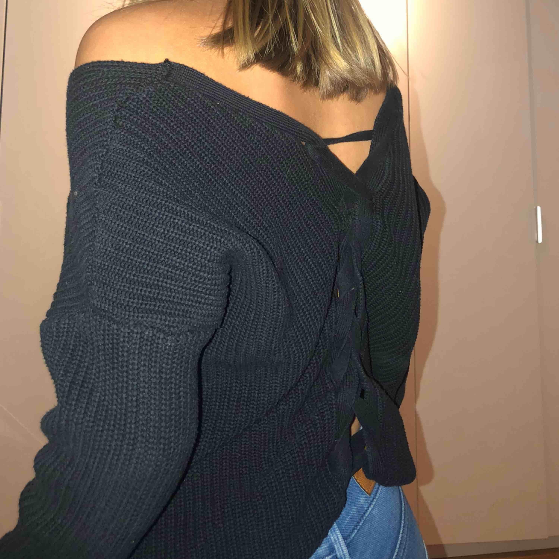 Jätteskön och snygg stickad tröja ifrån nelly. Cool knytning där bak (se bild). Spårbar frakt ingår 🥰. Stickat.