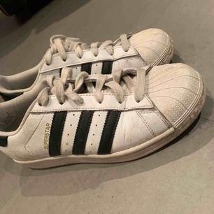 Adidas superstar köpta i London. Välanvända litet hål på insidan av skorna.
