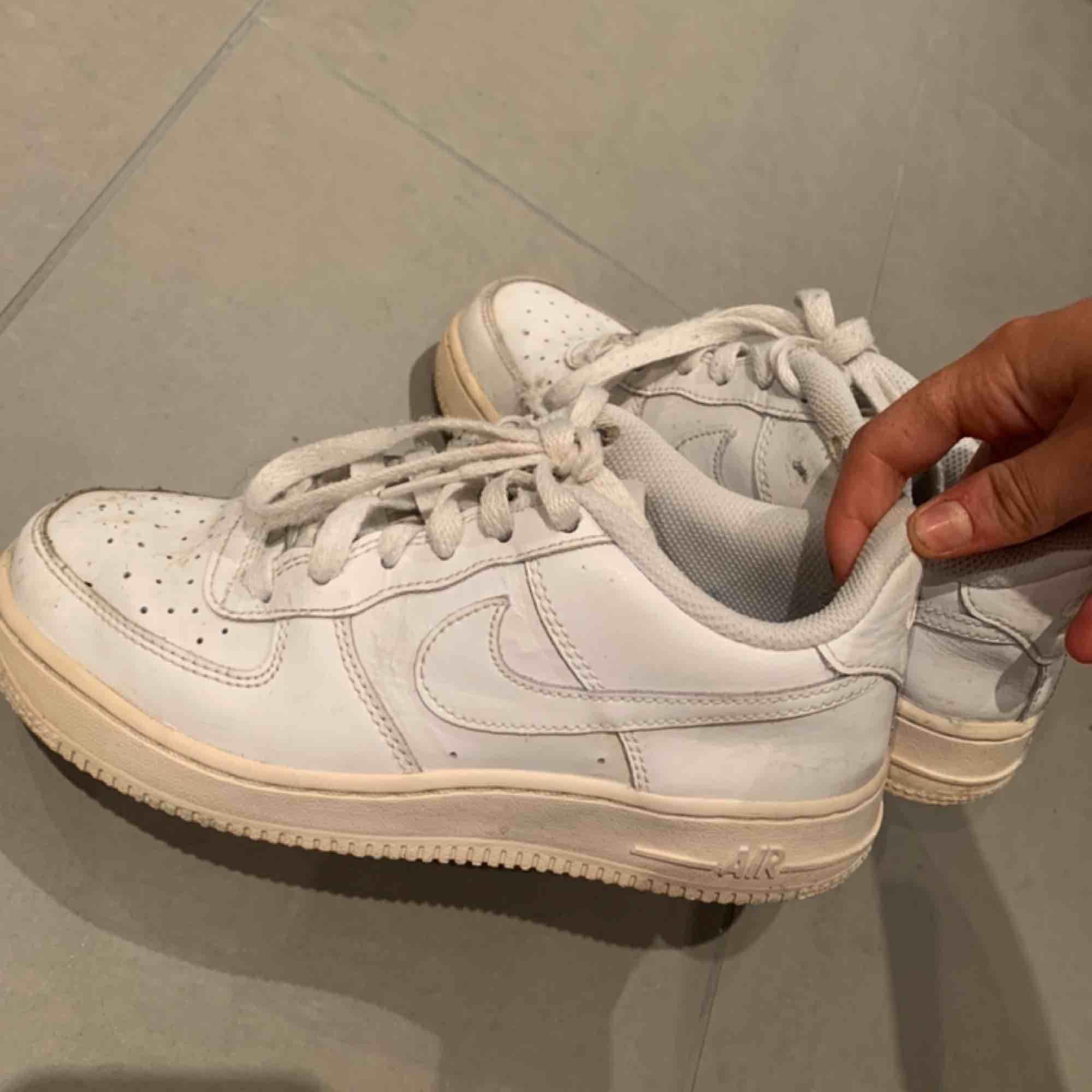 Nike air force välanvända Litet hål på insidan i vid hälen.. Skor.