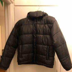 Svart puffer jacket från Monki. Säljes mot upphämtning eller frakt.