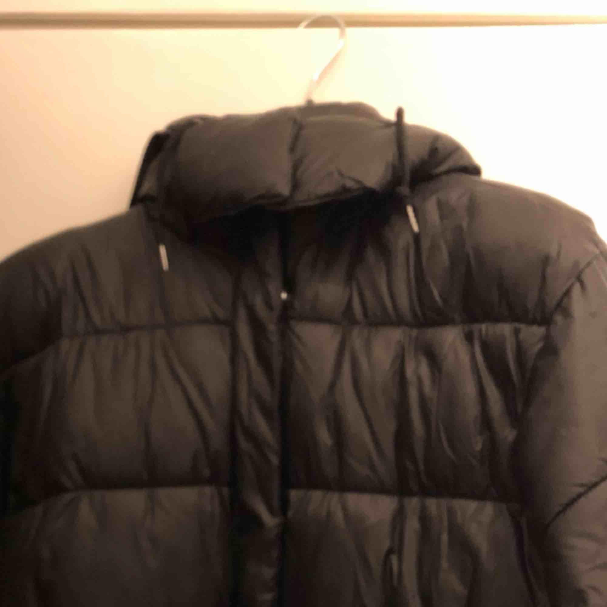 Svart puffer jacket från Monki. Säljes mot upphämtning eller frakt. . Jackor.