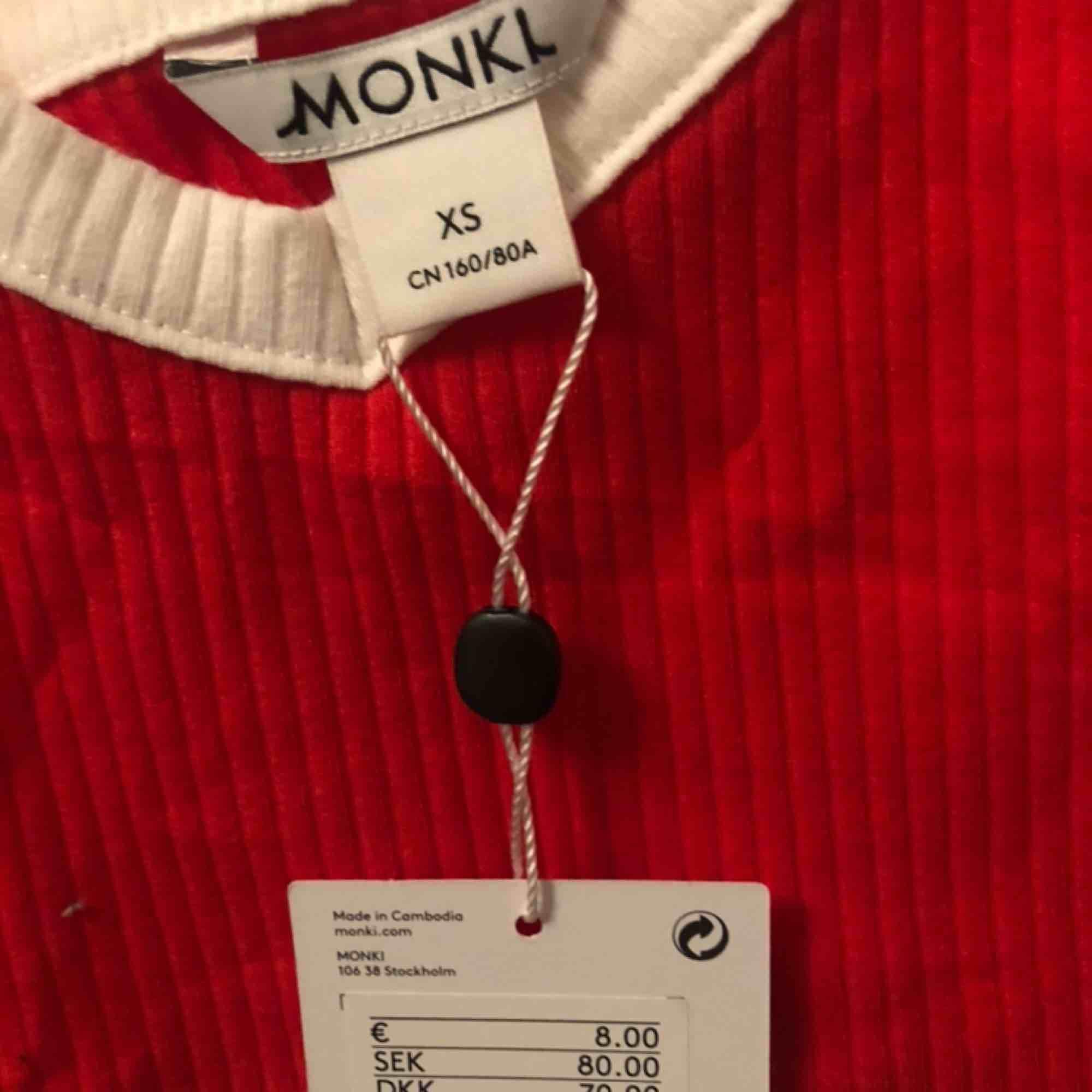 2 linnen från monki, storlek XS. De röda är helt oanvänt (prislapp kvar) o de vita är använt 1 gång. Säljer pga aldrig använder. Säljer dom för 30kr styck eller båda för 50. Köptes för 80kr styck. Kan mötas upp i Göteborg eller fraktas (frakt tillkommer).. Toppar.