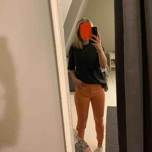 Skitballa aprikosfärgade jeans från Massimo Dutti. Byxorna är i jättefint skick men kommer tyvärr inte till användning. Skulle säga att det är en liten 38 då jag vanligtvis är en 34/36.