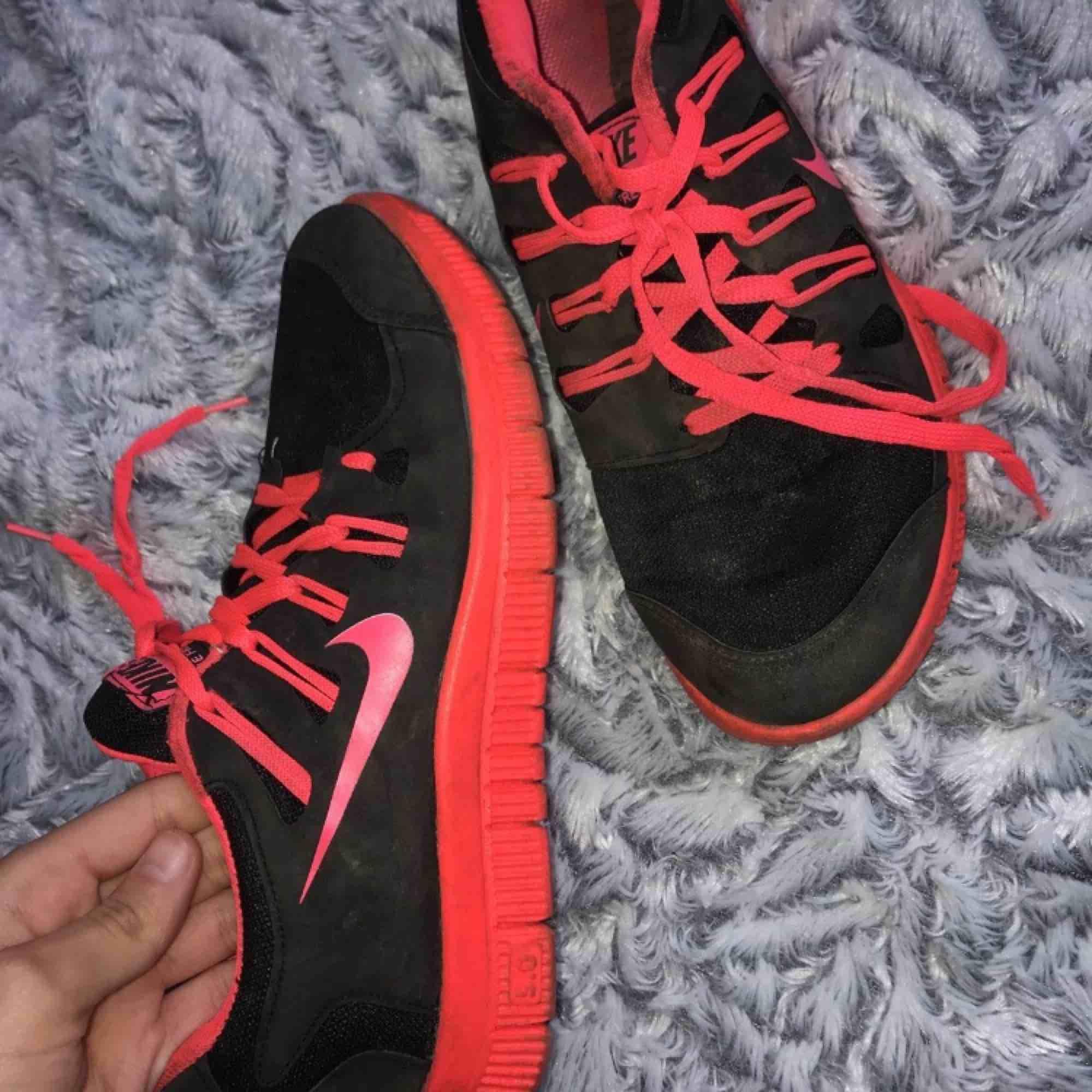 Säljer mina Nike free run som jag fick som present förra året, använda några gånger.. Skor.