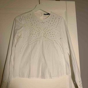 Jättegullig vit blus från Zara i storlek xs.