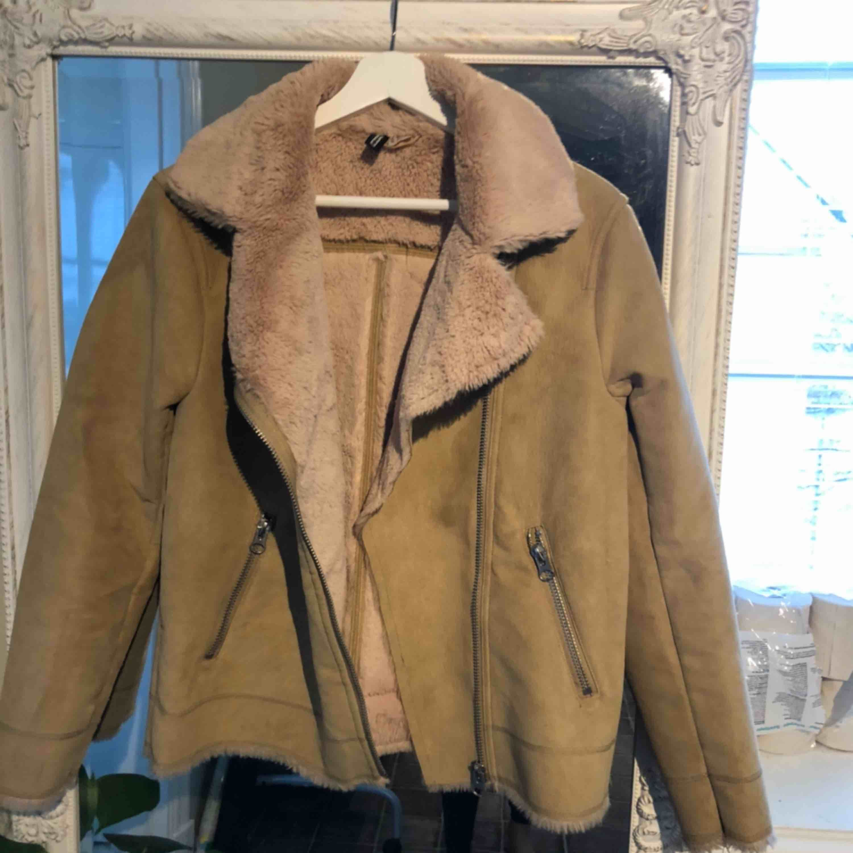 Höst/vinterjacka från H&M strl 36 använd men fortfarande fint skick . Jackor.