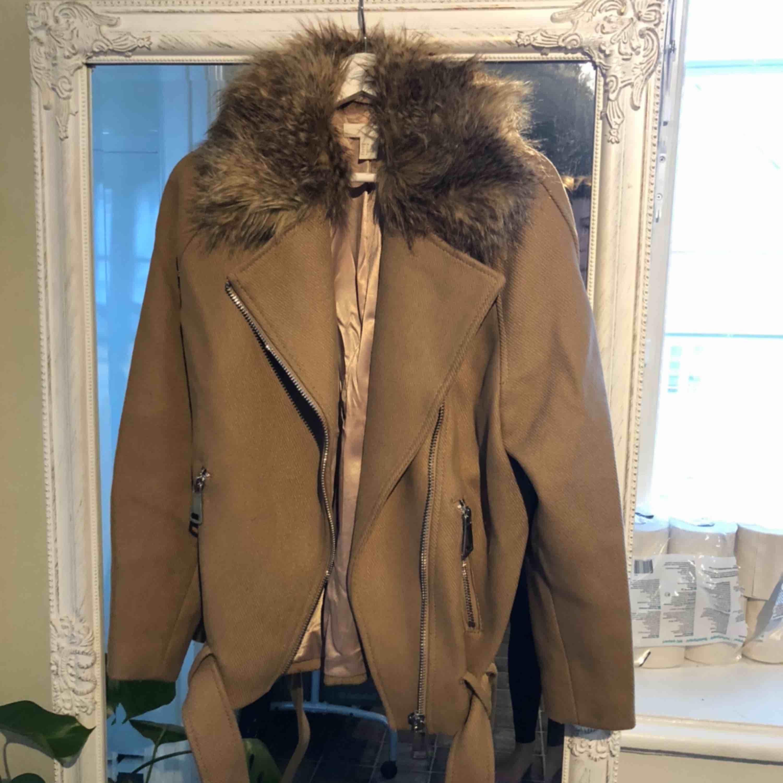 Höst/vinter-jacka från H&M strl 36. Håller värmen då de är ull!! Aldrig använd fint skick. Jackor.