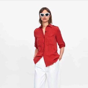Röd kjorta från Zara i storlek XS dock oversized. Uppvikta ärmar som går att vika ner och längst ner är den fransad. Köparen står för frakten.