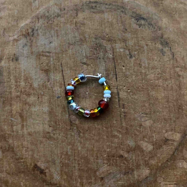 Hej! Vi är ett UF-företag som säljer egen gjorda unika örhängen. Med våra örhängen vill vi uppmuntra olikheter och sänker även 10% av vinsten till den mobbningsbekämpande organisationen Friends!             Pris: 29:- /styck. Accessoarer.