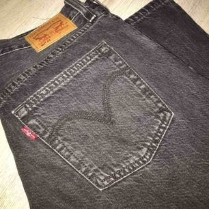Hej! Säljer tyvärr mina jeans då dem är för små för mig🙃 dem är riktigt fina och i riktigt bra skick. Knappt använda. Köpte dem för 1000kr, skicka meddelande för fler bilder😊 köparen står för frakt, eller så kan vi mötas upp