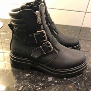 Säljer ett par sjukt snygga boots från Johnny Bulls. Aldrig använda!! Köpta för 1700kr på Nelly.com