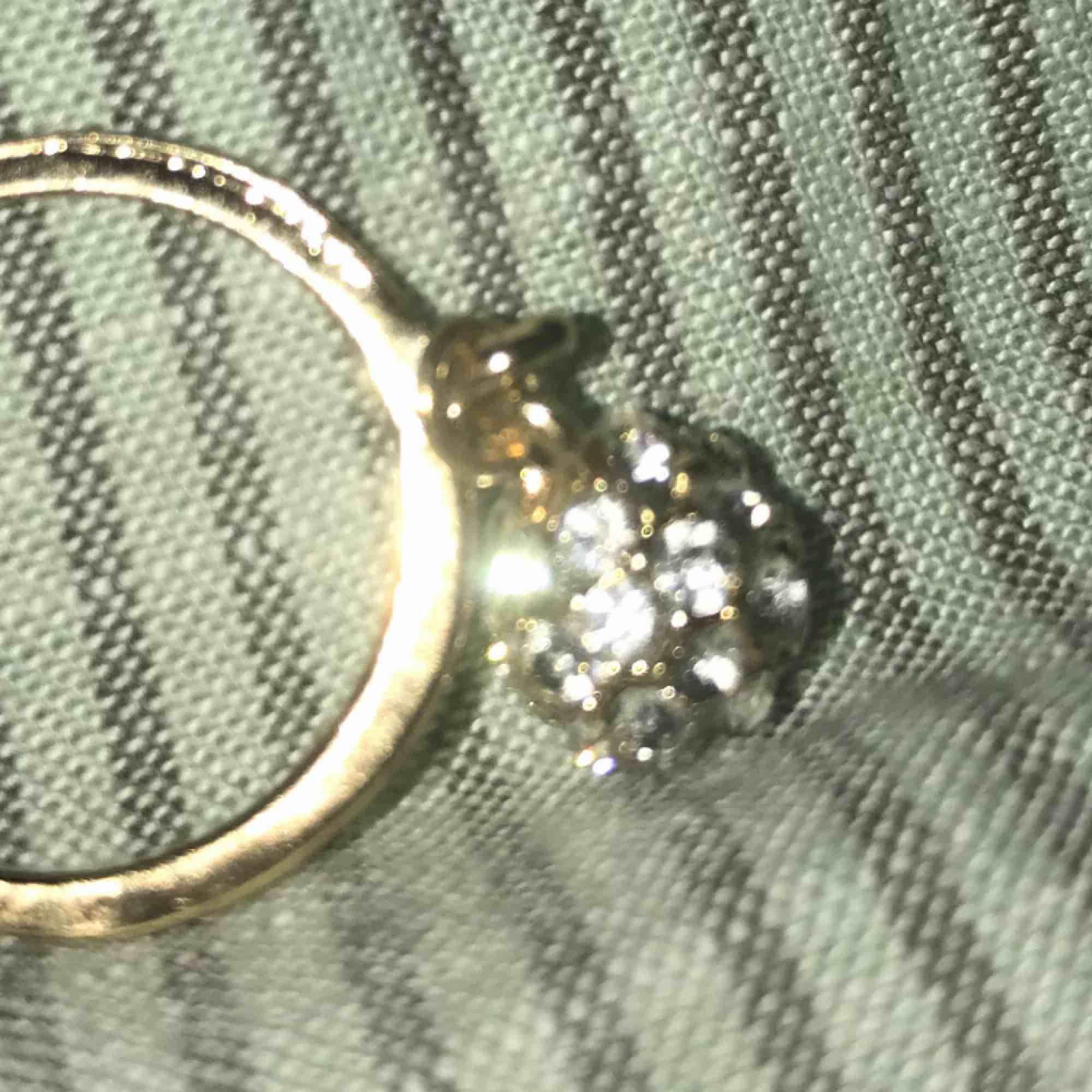 Fin ring med glitterkula från glitter✨. Accessoarer.
