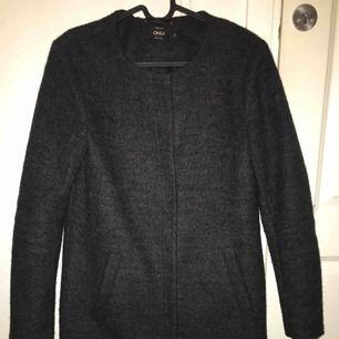 Jättefin kappa från vero moda. Köpt för 800kr,  Passar ej mig längre, knappt använd och i väldigt fint skick😇 kan mötas upp eller så står köparen för frakten