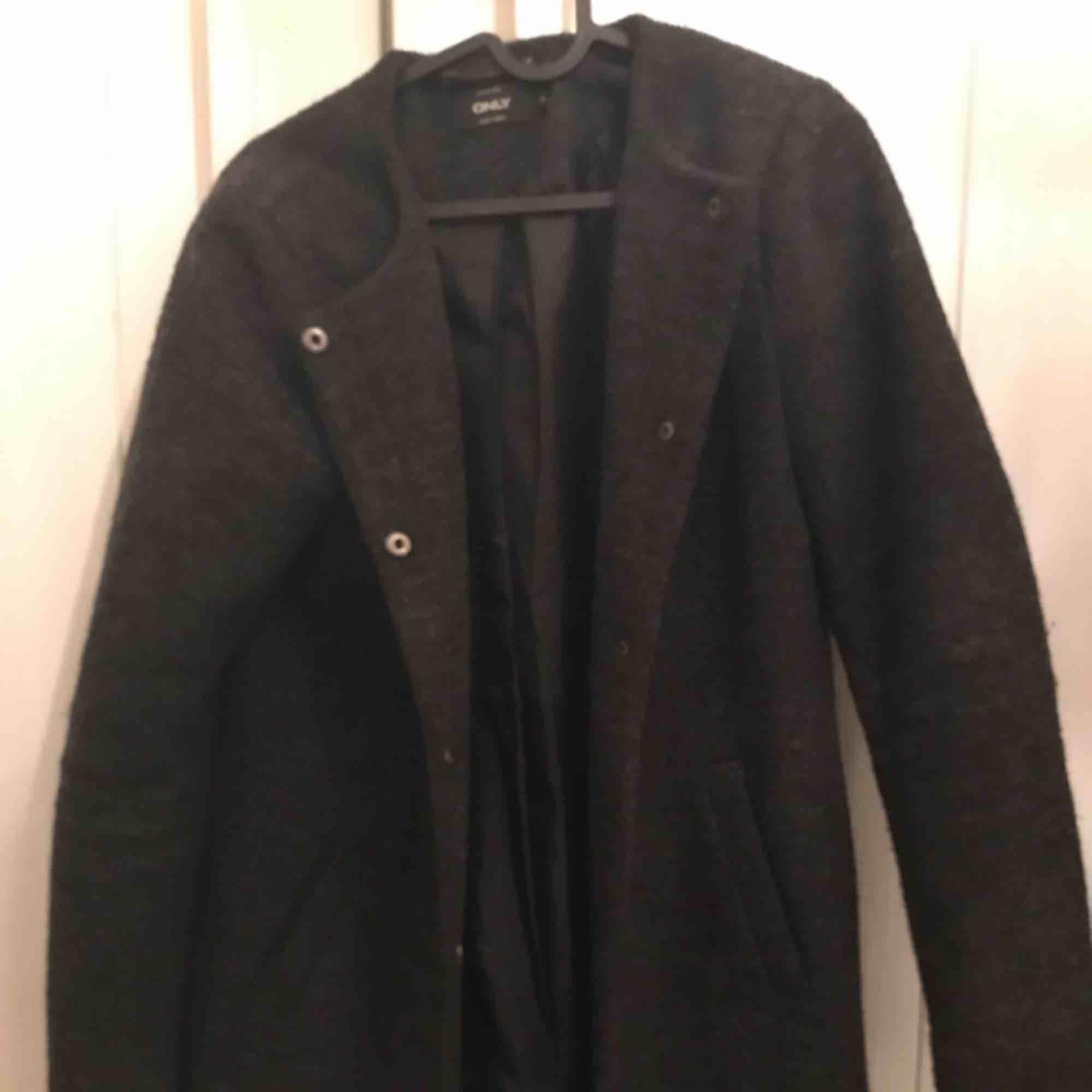 Jättefin kappa från vero moda. Köpt för 800kr,  Passar ej mig längre, knappt använd och i väldigt fint skick😇 kan mötas upp eller så står köparen för frakten . Jackor.