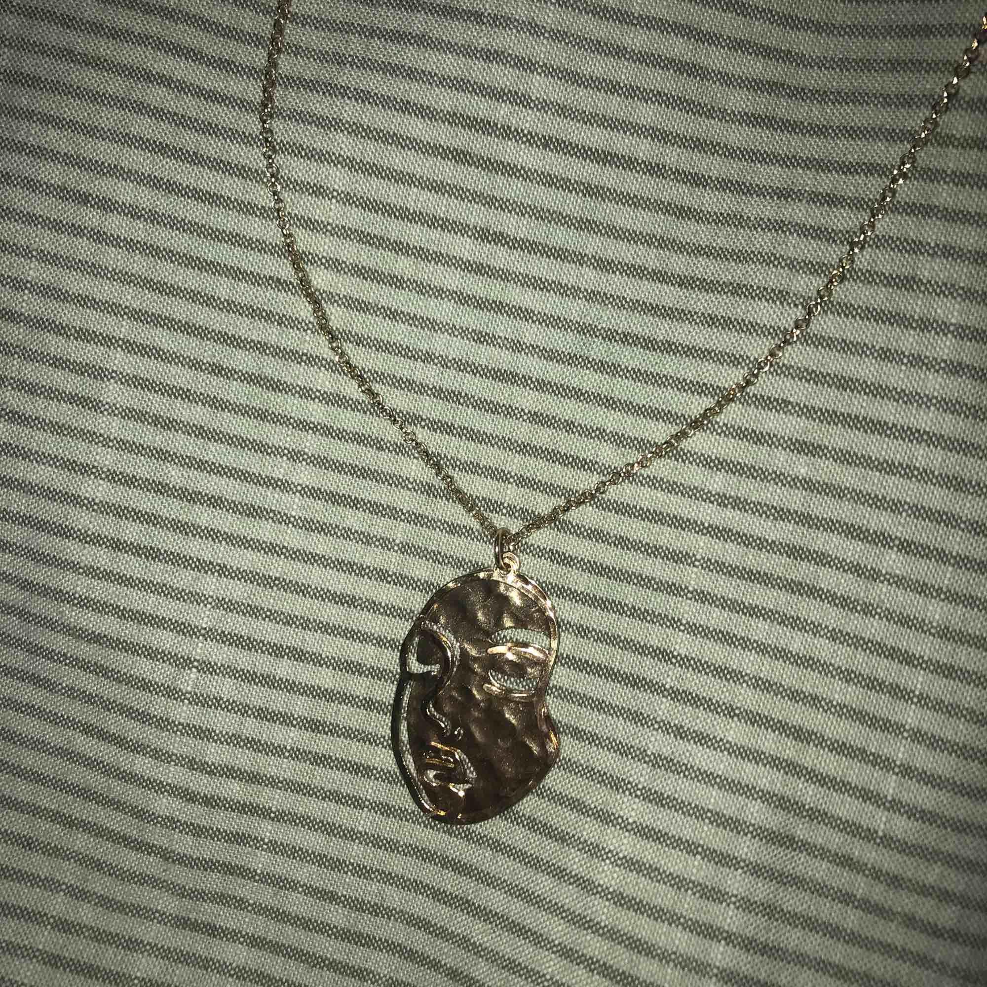Fint halsband från JC🍯 Guldigt och passar till mycket!🤗 halsbandet är i nyskick. Accessoarer.
