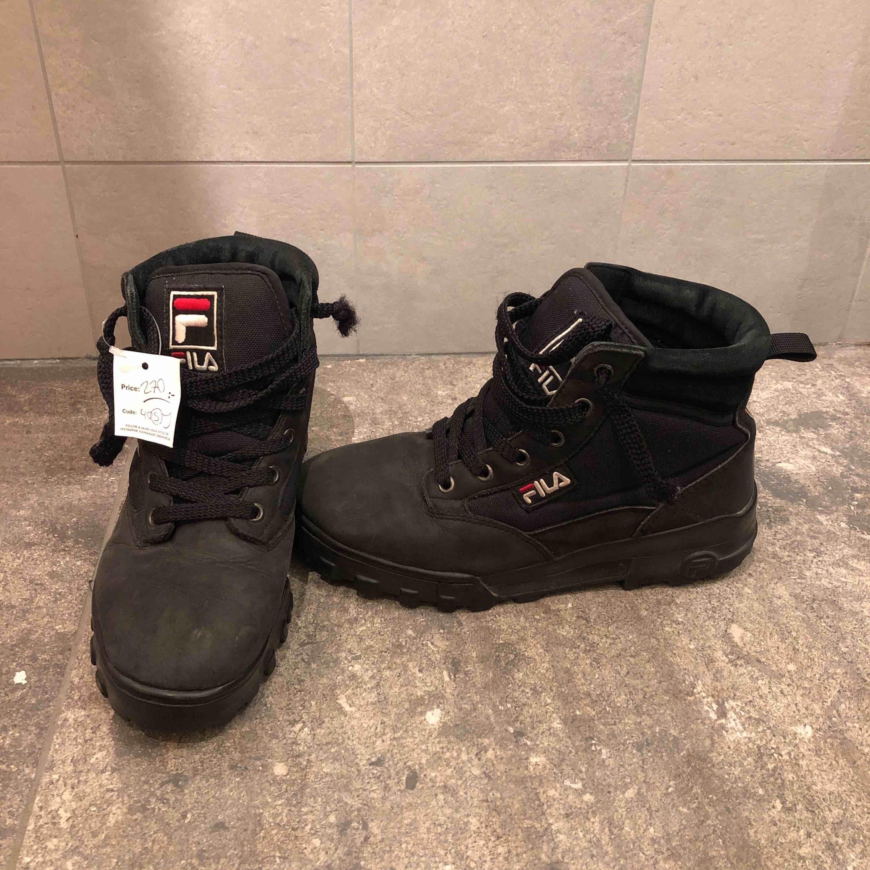 Köpta på humana, så redan då i sämre Skick.  Men har inte använt dom sen jag köpte dom. Anledning till varför jag säljer är för att dom var för små! Och jag har storlek 41 i skor, så skulle rekommendera till någon som har 39/40. Skor.