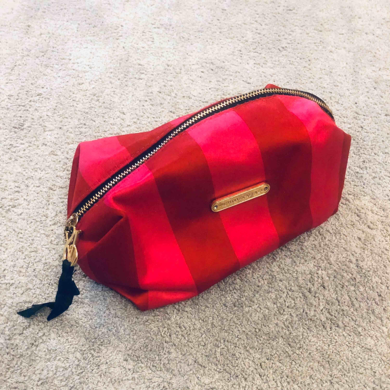 Sminkväska ifrån Victoria's Secret, lite smutsig men kan tvättas i maskin då jag själv har gjort det flera gånger förr 💁🏼♀️ Frakt 30kr . Väskor.