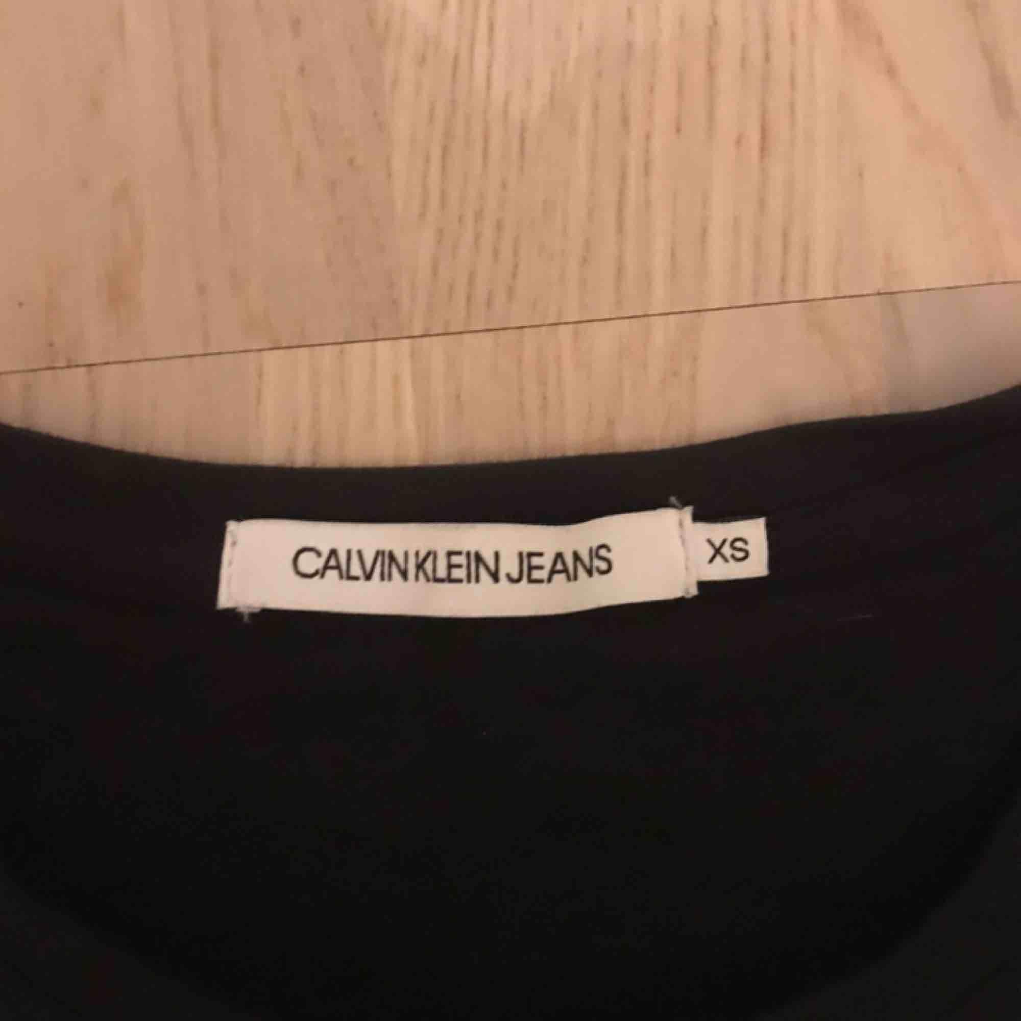 Säljer min nya Calvin Klein t-shirt. Är i jättefin kvalite, har bara använt den endast 1 gång. . T-shirts.