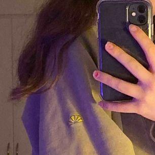 Asmysig beige vintage hoodie från acqua limone! Använd få gånger. Säljs då den är något stor på mig! Frakten inräknad💜