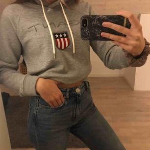 Jättefin Gant hoodie som jag knappt använder. Säljer eftersom det inte är min stil längre☺️ köpte den för 1035 kr från Zalando! Säljer för 300.