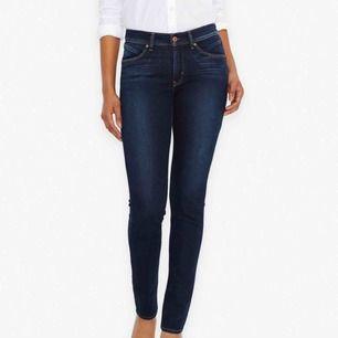 Begagnade Levi's jeans i fint skick. Strl 29/32, säljer pga fel storlek. Modellen heter Demi Curve Slim & de är classic rise. Köparen står för eventuell frakt 🧚🏼♀️