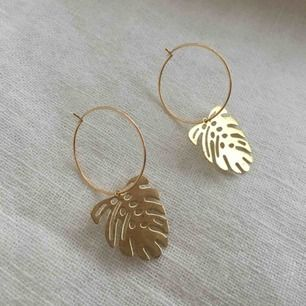 Nya unika hoops med löv i mässing. Ringarna är 18 k guldpläterade och nickelfria. Frakt 9 kr.