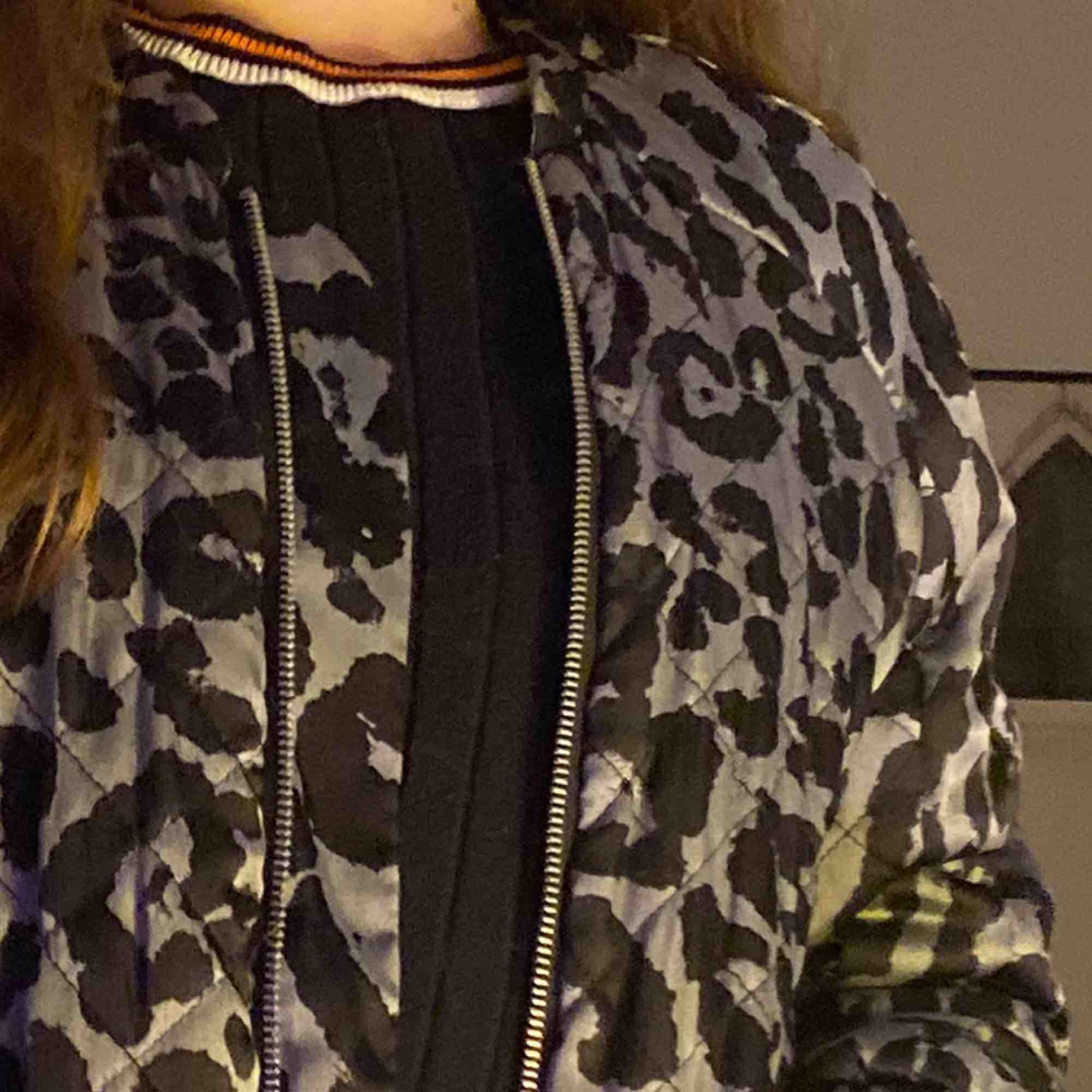 Väldigt cool och bekväm bomberjacka från saint tropez! Leopardmönstrad i svart och silvergrå. Hör av dig vid ev frågor💋. Jackor.