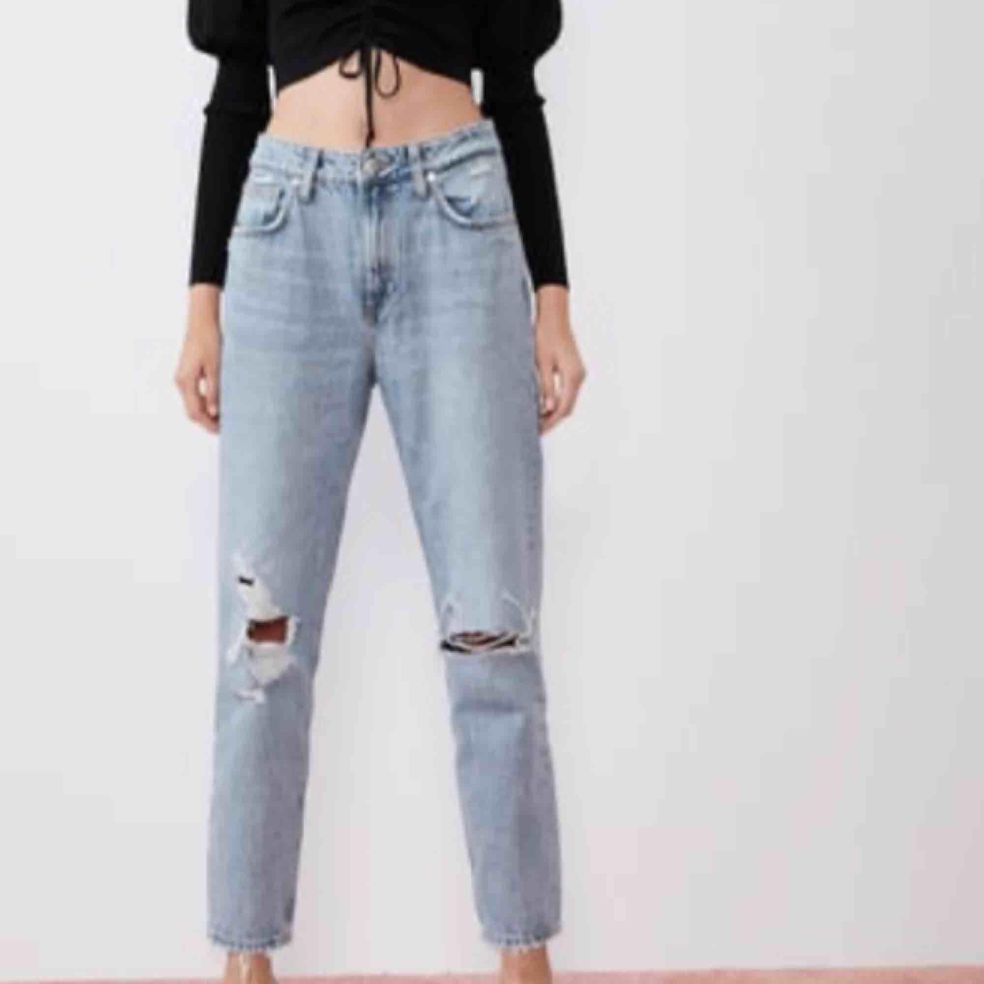 Byxor från zara stl 36. Nypris är 350 jag säljer för 200, möts upp i malmö eller står köparen för frakt 📦  Köpta för 1 månad sedan, säljer pga för stora.. Jeans & Byxor.