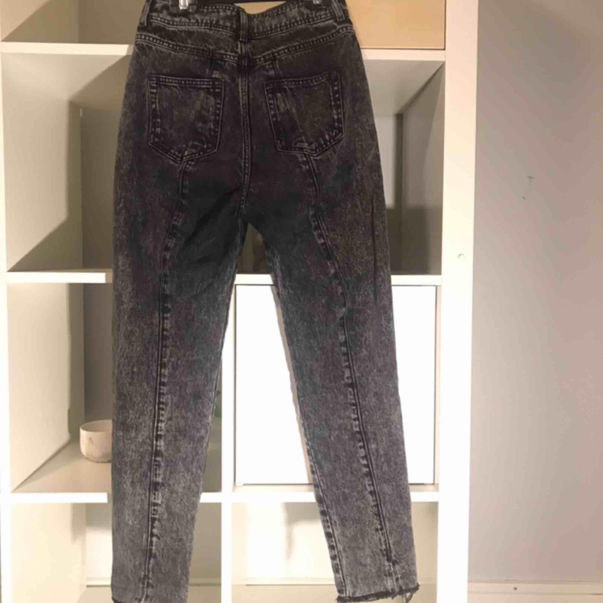 Svarta/gråa mom jeans Storlek xs från Bikbok. Ombrefärgade från svart till ljusare grå. Dekorativa sömmar längs baksidan. Normal längd för mig som är 160 cm. Väldigt bra skick då jag inte haft dom så länge. Köparen står för frakt. Jeans & Byxor.