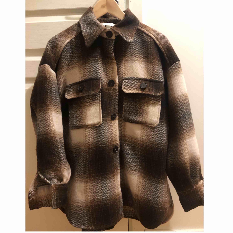 Populär slutsåld skjortjacka från H&M i storlek S/M.🌟 Använd ett fåtal gånger, precis som ny!☺️🌷 Köparn står för frakten!🌹🌹 Budgivning pågår!. Jackor.