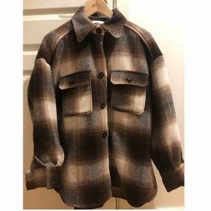 Populär slutsåld skjortjacka från H&M i storlek S/M.🌟 Använd ett fåtal gånger, precis som ny!☺️🌷 Köparn står för frakten!🌹🌹 Budgivning pågår!