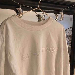 Nästintill nyskick på denna Carin Wester sweatshirten.  Köparen står för frakt  Nypris 399