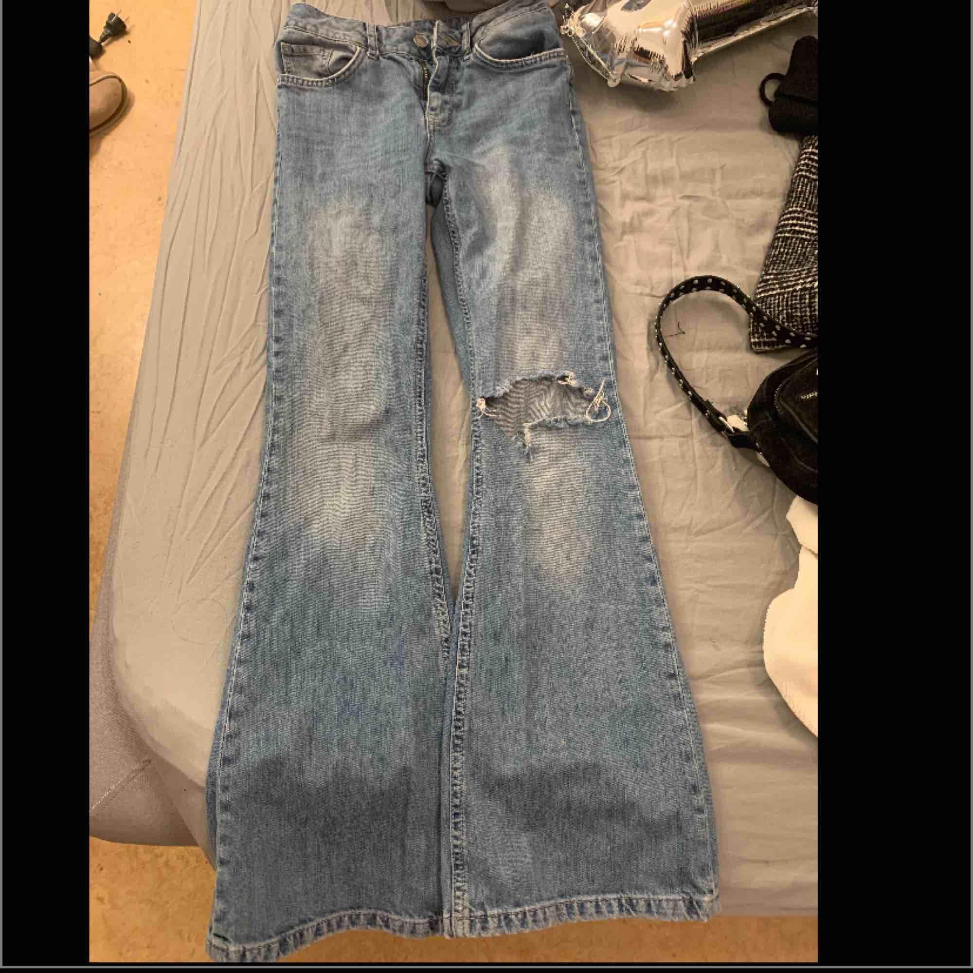 Säljer ett par jätte fina bootcut fårn bikbok nypris 599. Säljer för att jag har gått upp i vikt så andvänd fåtal ggr.. Jeans & Byxor.