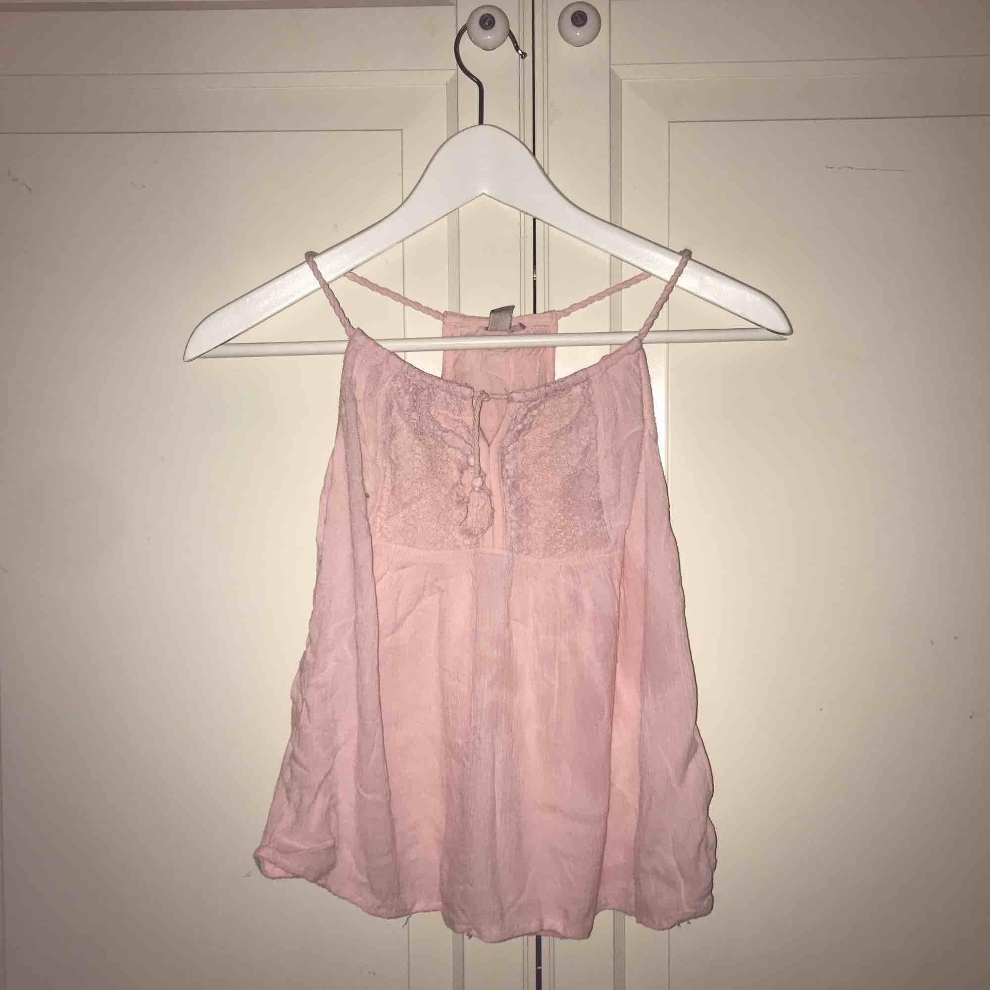 Supergullig rosa topp med två små tassles som håller ihop tröjan högst upp!💓🎀 superbra skick!🧚🏼♀️. Toppar.