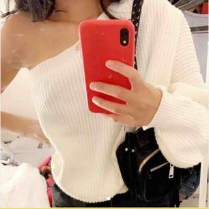 Säljer en jätte fin stickad one shoulder. Andra ett få tal ggr då det är onesize är är tyväär lite för stor för mig:/