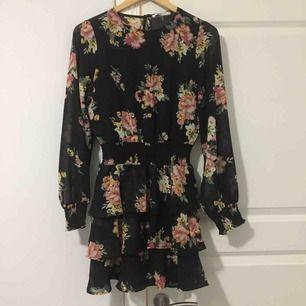 Fin blommig klänning i bra skick, passar både xs och S. Använd fåtal gånger, köparen står för frakt o pris kan disskuteras