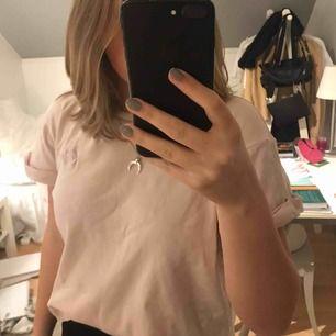 Ljusrosa Carin wester t-shirt med loggan på bröstet. Sparsamt använd!!