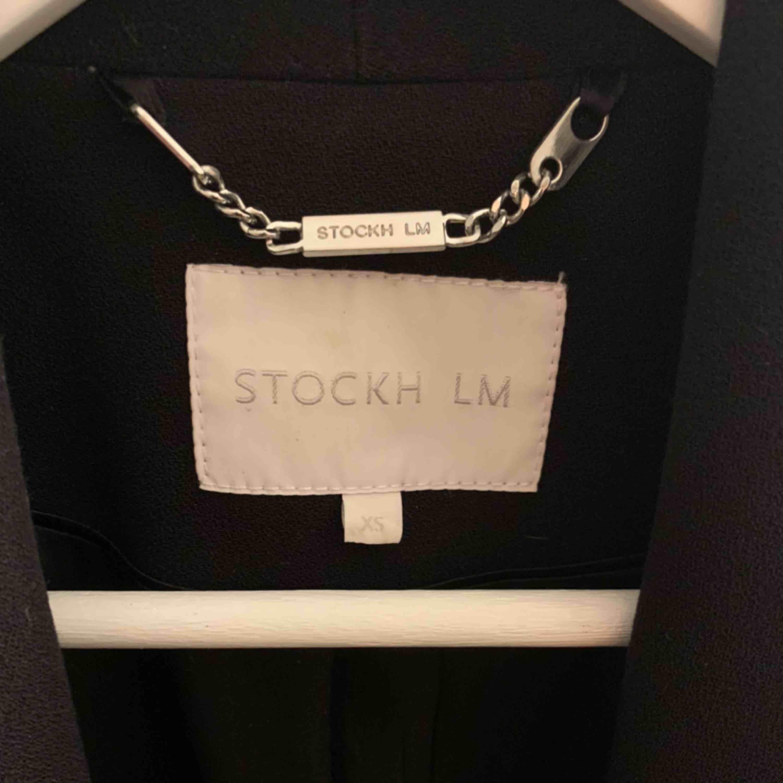 Supersnygg svart kappa i rak modell från märket Stockh LM, har knyte i midjan som går att ta av. Endast använd ett fåtal gånger. Köparen står för frakten🥰. Jackor.