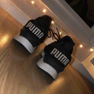 Jättefina skor som bara är använda några få gånger pga att skorna är för stora för mig. Allmänt tycker jag skorna är skit snygga och väldigt stilrena  Riktigt sköna att gå i då skorna formar sig efter fötterna.. lite som att gå på en madrass 🥰😂