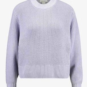 Hej! Har försökt att få tag på denna tröja i ett bra tag nu men får tyvärr inte tag på den någonstans! Om du har/vet någon som skulle kunna tänka sig att sälja samma tröja till mig hmu!💗