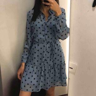 Blå klänning från bikbok, aldrig använd. Nyskick, köparen står för frakt