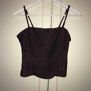 Ett väldigt juligt linne från Gina Tricot🎅🏼. Det är svart med rött och rosa glitter och har två sömmar fram på linnet💓❤️✨