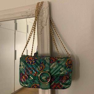 Modern väska med kedjeband som går att göra kort och lång. Lite tuffsig, men inget som syns på håll. Köparen står för frakten🥰