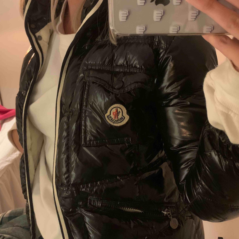 Hej!! Säljer min AS BALLA moncler jacka! Snygga vita detaljer och den är lackad!! Wow. Men tyvärr är den lite liten för mig. Qr kod finns inte av den anledningen att det är en gammal modell och qr kod kom senare men jackan är 100% äkta. . Jackor.