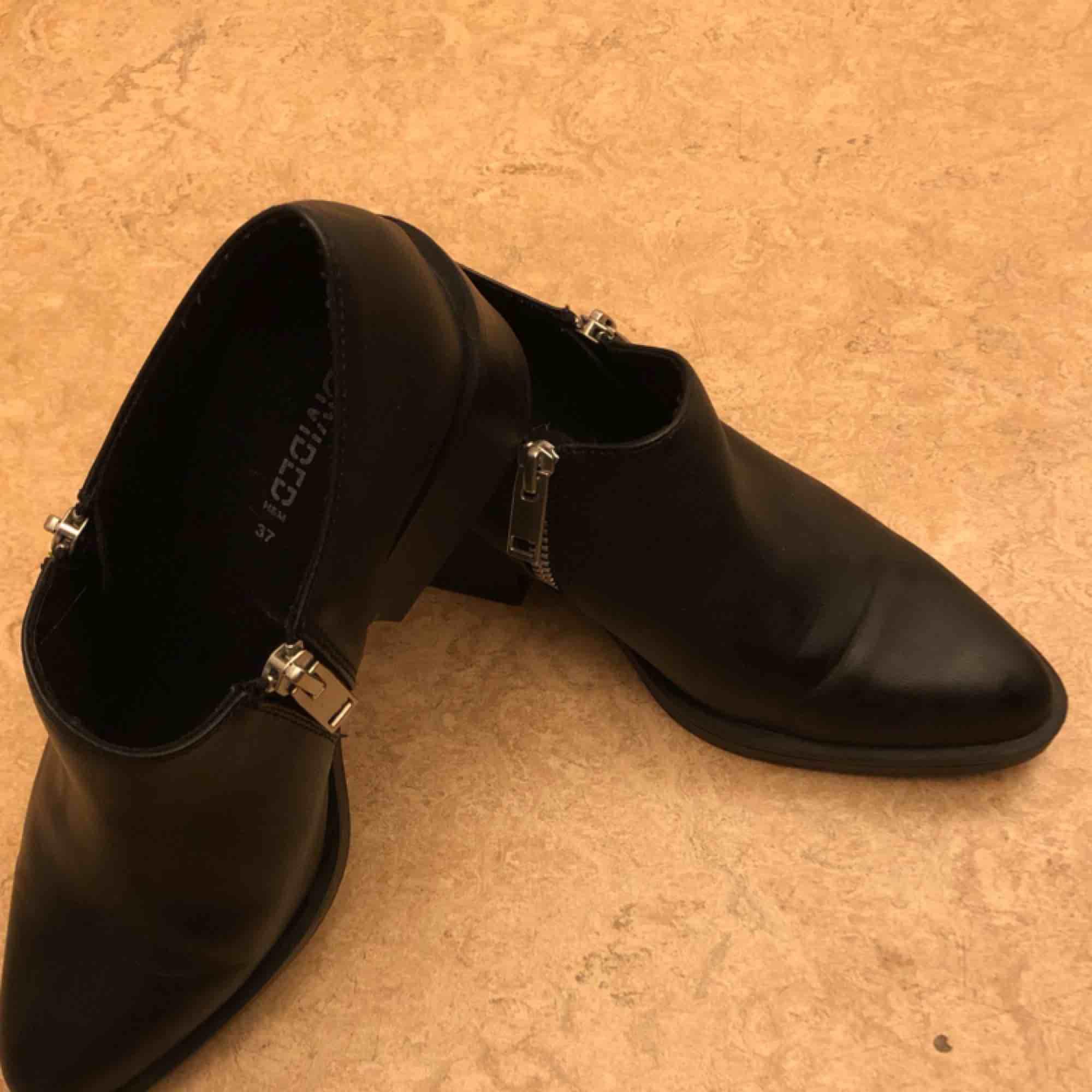 Låga ankel-boots från Hm. Säljes mot avhämtning eller frakt. Skor.
