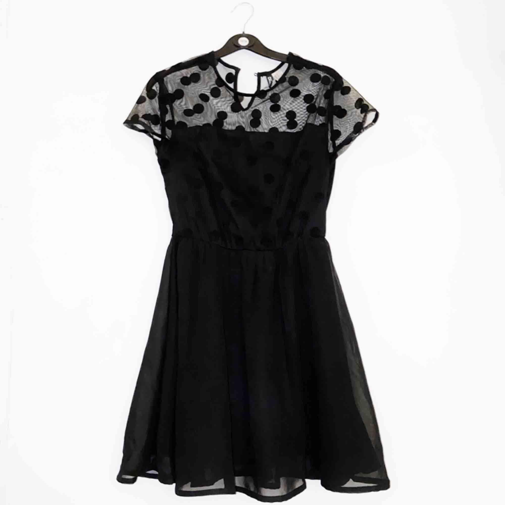 Världens sötaste prickiga klänning! Är man lång kan den användas som topp med typ svarta jeans! Världens luftigaste material dessutom! Använd en gång. Jag står för frakten! 💌 . Toppar.