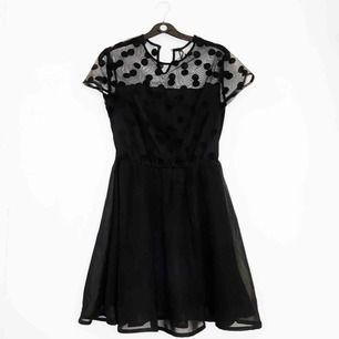 Världens sötaste prickiga klänning! Är man lång kan den användas som topp med typ svarta jeans! Världens luftigaste material dessutom! Använd en gång. Jag står för frakten! 💌