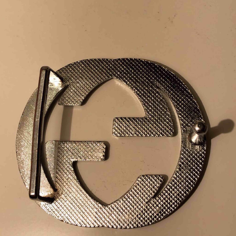 Ett fint Gucci brosh som sätts fast på ett bälte 😍 super fin men har jätte små defekter på framsidan men det är absolut inget som syns därav priset😊 skriv om ni är intresserade eller har frågor. Accessoarer.